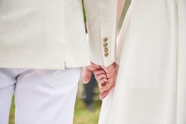 Glückliches paar, das hände zusammen für immer liebt.