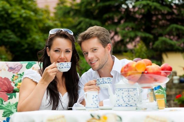 Glückliches paar, das ihren kaffee genießt