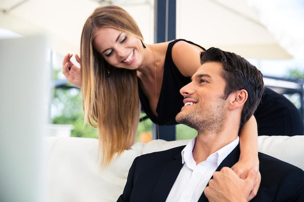 Glückliches paar, das im restaurant flirtet