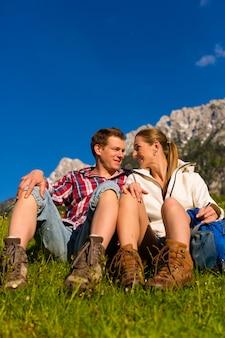 Glückliches paar, das in den alpenbergen wandert