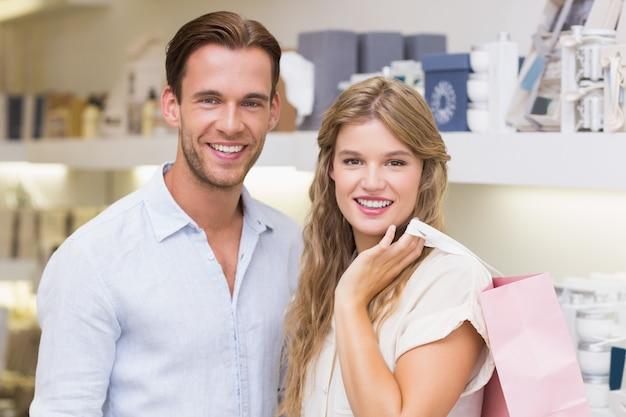 Glückliches paar, das in einem perfumery lächelt