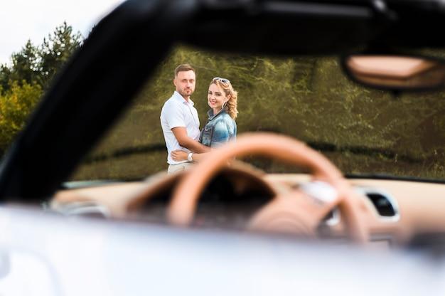 Glückliches paar, das kamera betrachtet