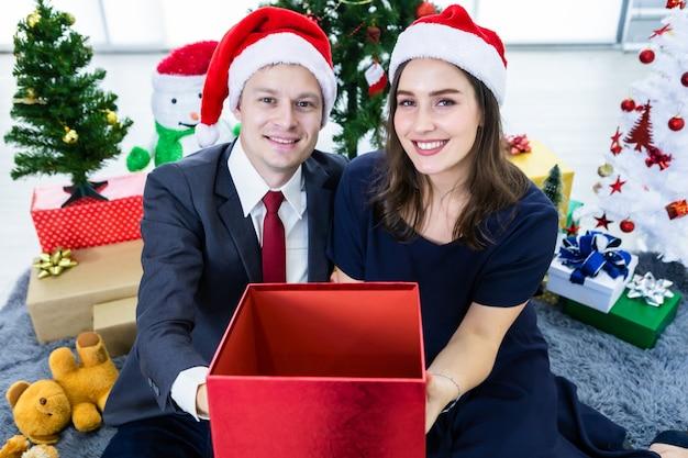 Glückliches paar, das leeres geschenk für weihnachten hält