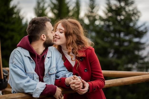 Glückliches paar, das liebevoll ist