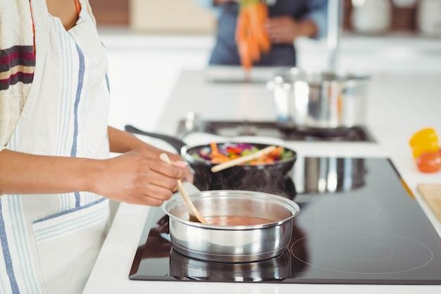 Glückliches paar, das mahlzeit in der küche vorbereitet