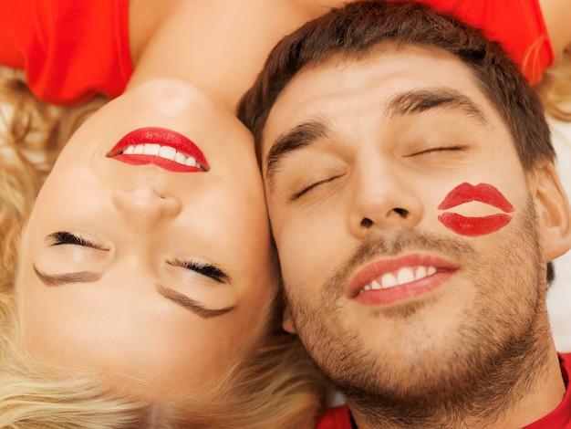 Glückliches paar, das mit geschlossenen augen zu hause liegt (fokus auf frau)