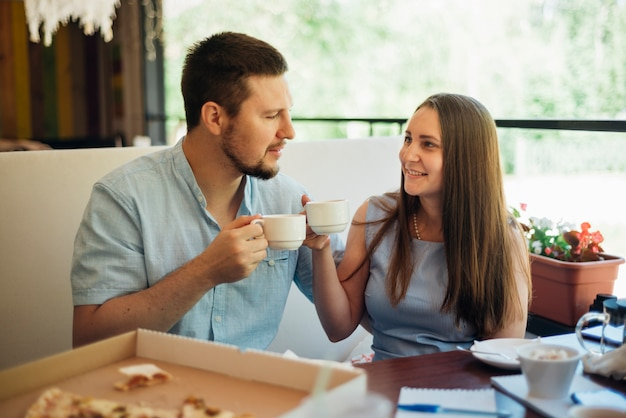 Glückliches paar, das mit kaffee frühstückt