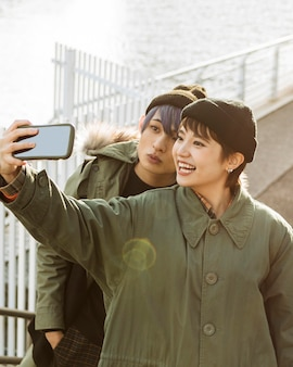 Glückliches paar, das mittleren selfie-schuss nimmt