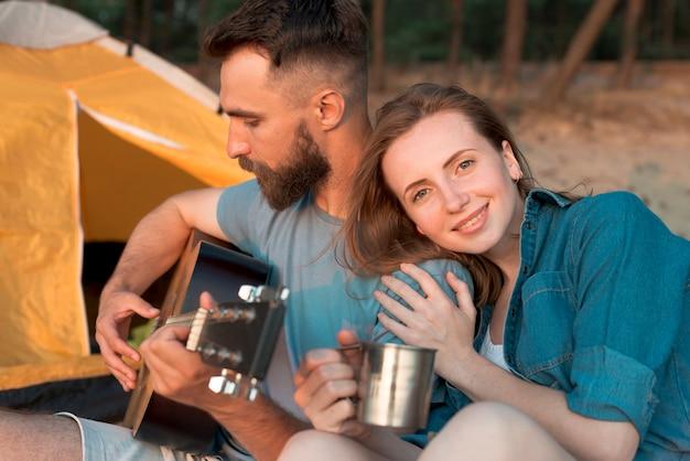 Glückliches paar, das musik genießt