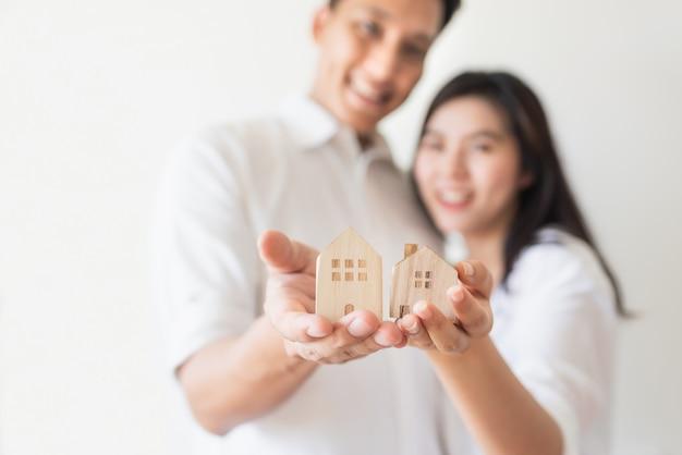 Glückliches paar, das neues leben beginnt und auf neues haus umzieht