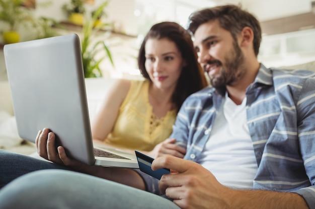Glückliches paar, das online einkauft