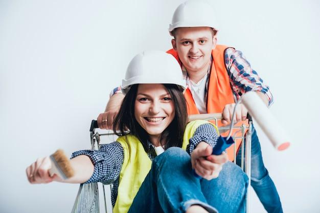 Glückliches paar, das reparaturen an ihrem haus macht.