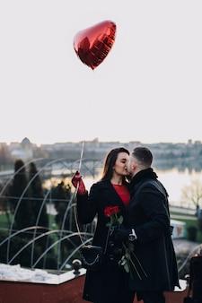 Glückliches paar, das romantisches datum hat