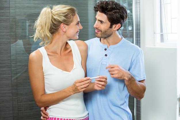 Glückliches paar, das schwangerschaftstest überprüft