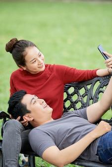 Glückliches paar, das selfie nimmt