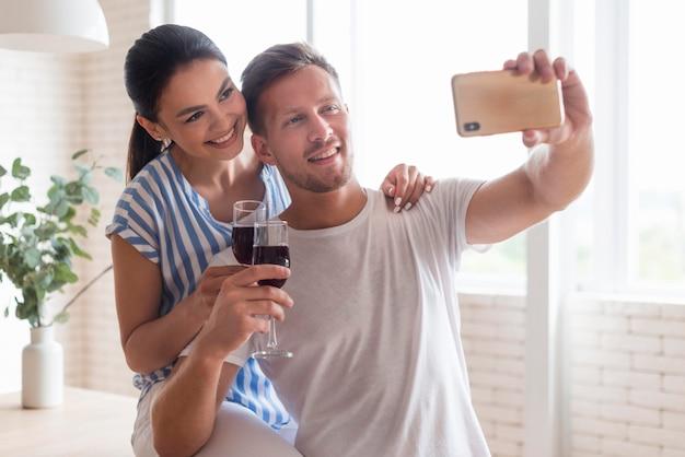 Glückliches paar, das selfie zusammen nimmt