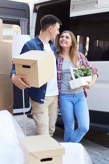 Glückliches paar, das sich bewegt