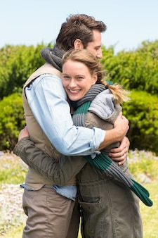 Glückliches paar, das sich umarmt
