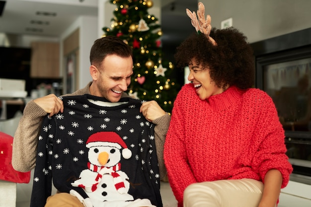 Glückliches paar, das spaß an weihnachten hat