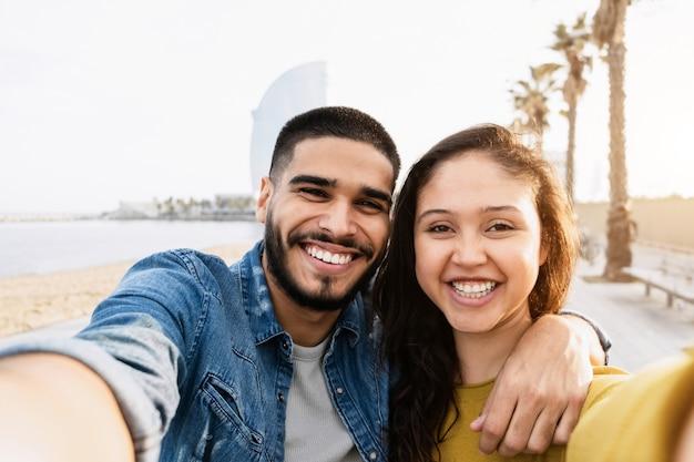 Glückliches paar, das spaß beim selfie in der stadt barcelona hat?