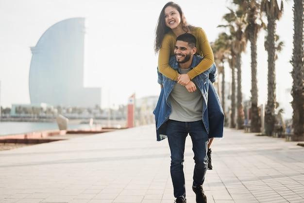 Glückliches paar, das spaß im freien in barcelona-stadt hat