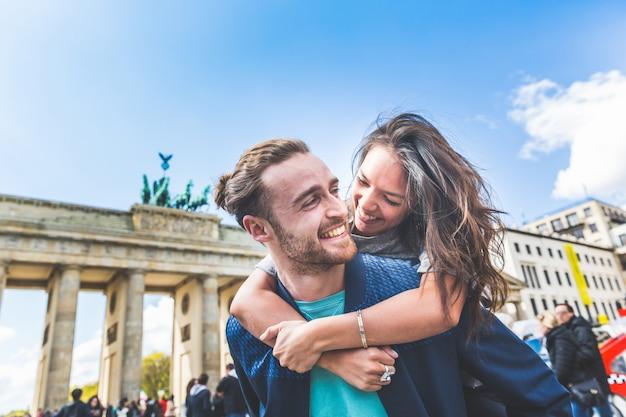Glückliches paar, das spaß in berlin hat