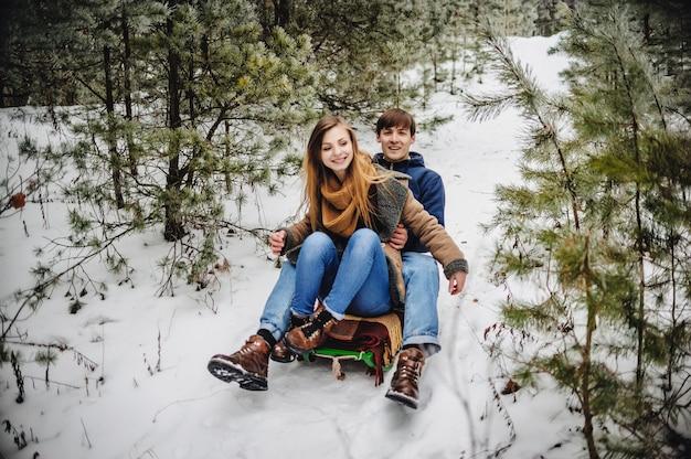 Glückliches paar, das spaßzeit im freien im snowpark hat. winterurlaub.