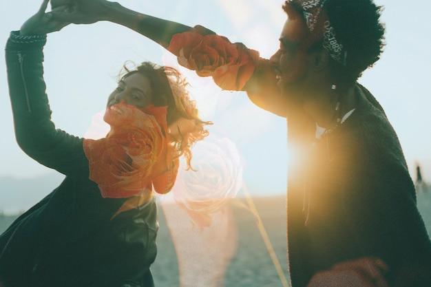 Glückliches paar, das stimmungsvollen hintergrund tanzt