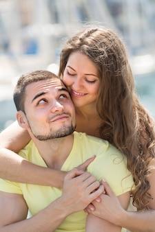 Glückliches paar, das sunbath nimmt