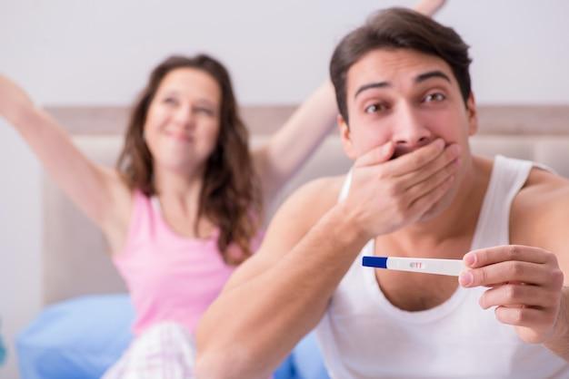 Glückliches paar, das über schwangerschaftstestergebnisse herausfindet