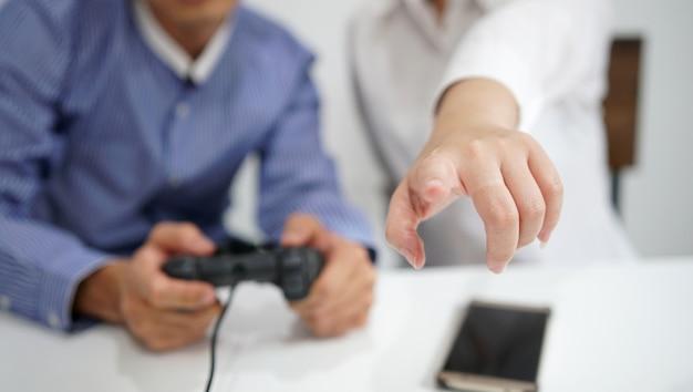 Glückliches paar, das videospiele mit joysticks spielt