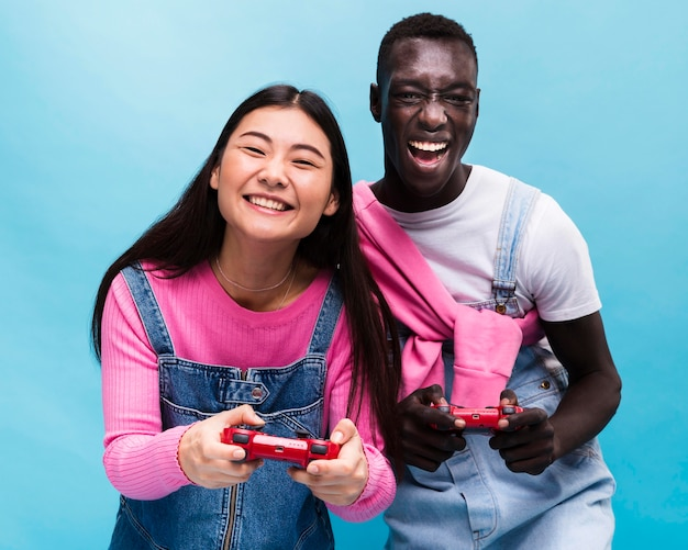 Glückliches paar, das videospiele spielt