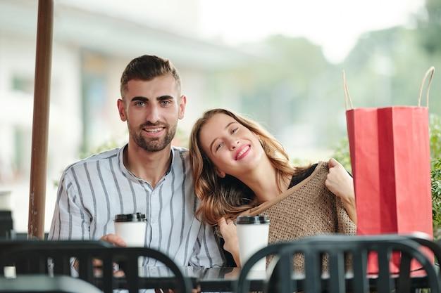 Glückliches paar, das zeit im café verbringt
