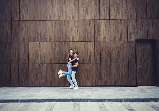 Glückliches paar, das zeit in der stadt verbringt. liebes-konzept