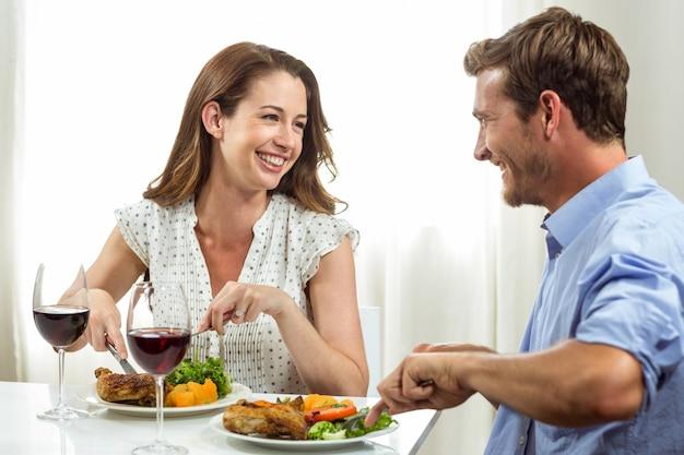 Glückliches paar, das zu hause zu mittag isst