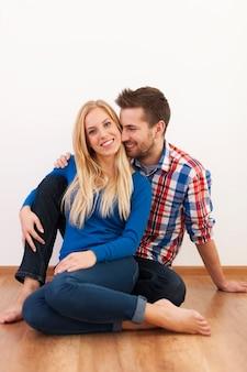 Glückliches paar, das zu hause zusammen flirtet