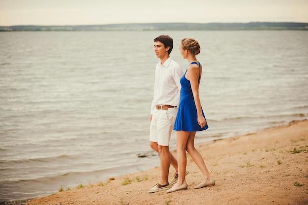 Glückliches paar, das zusammen einen spaziergang genießt