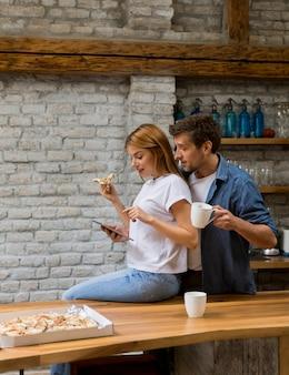 Glückliches paar, das zusammen frühstück zu hause isst