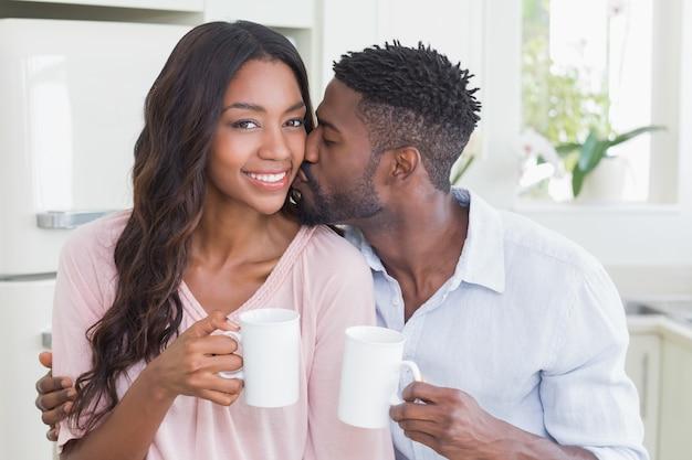Glückliches paar, das zusammen kaffee trinkt