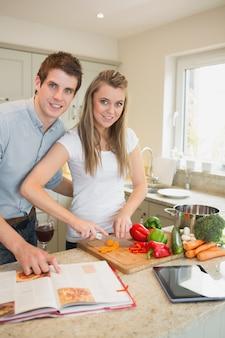 Glückliches paar, das zusammen kocht