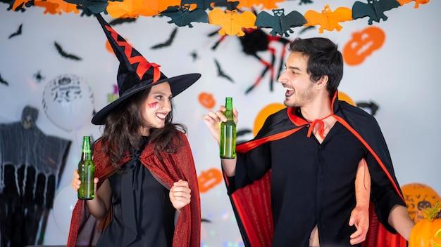 Glückliches paar der liebe in kostümen auf einer feier von halloween