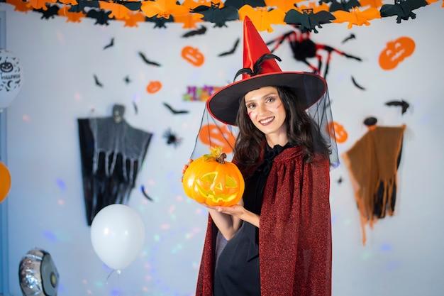 Glückliches paar der liebe in kostümen und make-up auf einer feier von halloween