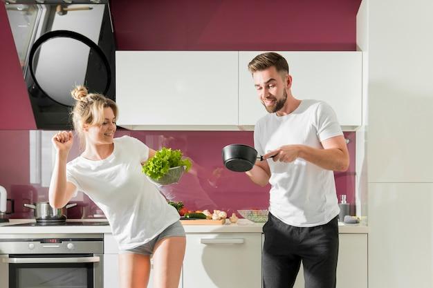 Glückliches paar drinnen kochen
