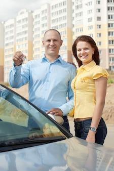 Glückliches paar gegen immobilien