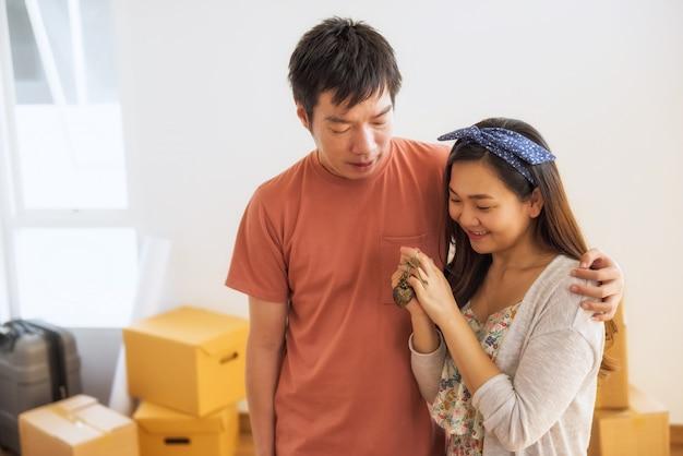 Glückliches paar halten schlüssel im neuen haus