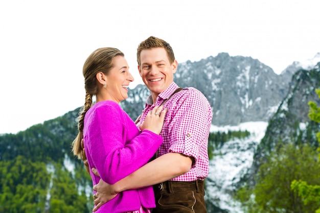 Glückliches paar in der almwiese