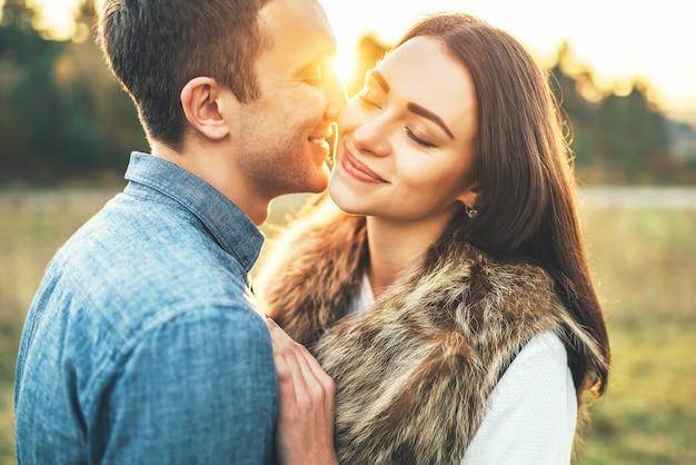 Glückliches paar in der liebe, die auf dem gebiet sich entspannt.
