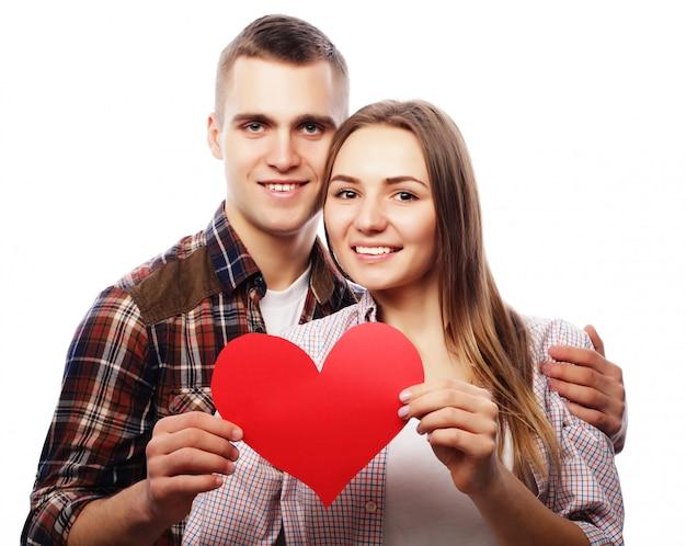 Glückliches paar in der liebe, die rotes herz hält.