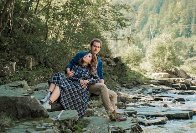 Glückliches paar in der liebe spazieren auf den bergen.