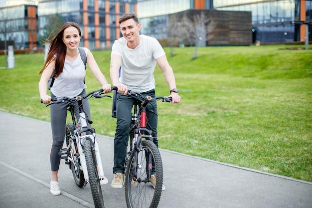 Glückliches paar in der stadt mit fahrrad